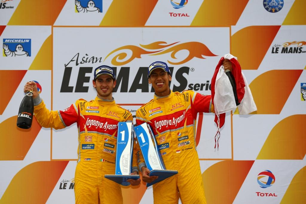 Sean Gelael dan Antonio Giovinazzi saat sama-sama membantu tim Jagonya Ayam menjadi juara di ajang Asian Le Mans Series (Foto: Dok. Sean Gelael)