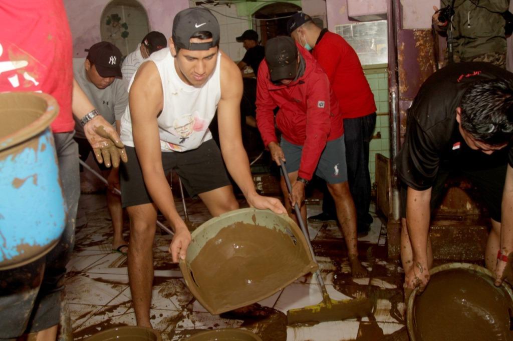 Aksi Sean Gelael membantu membersihkan rumah korban banjir di Jakarta.
