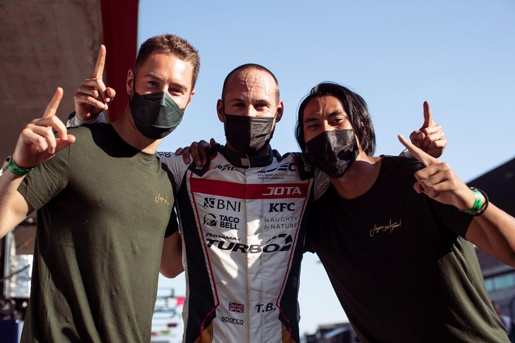 Stoffel Vandoorne, Tom Blomqvist dan Sean Gelael merayakan kesuksesan JOTA #28 mencatatkan pole position pada kelas LMP2 di Seri kedua World Endurance Championship 2021 di Sirkuit Portimao, Portugal (Foto: Sean Gelael)