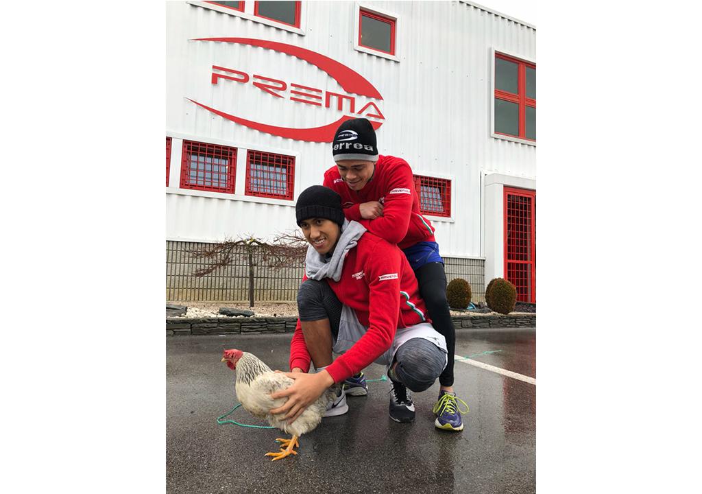 Keseruan Sean Gelael dan Nyck De Vries di Markas Prema Racing