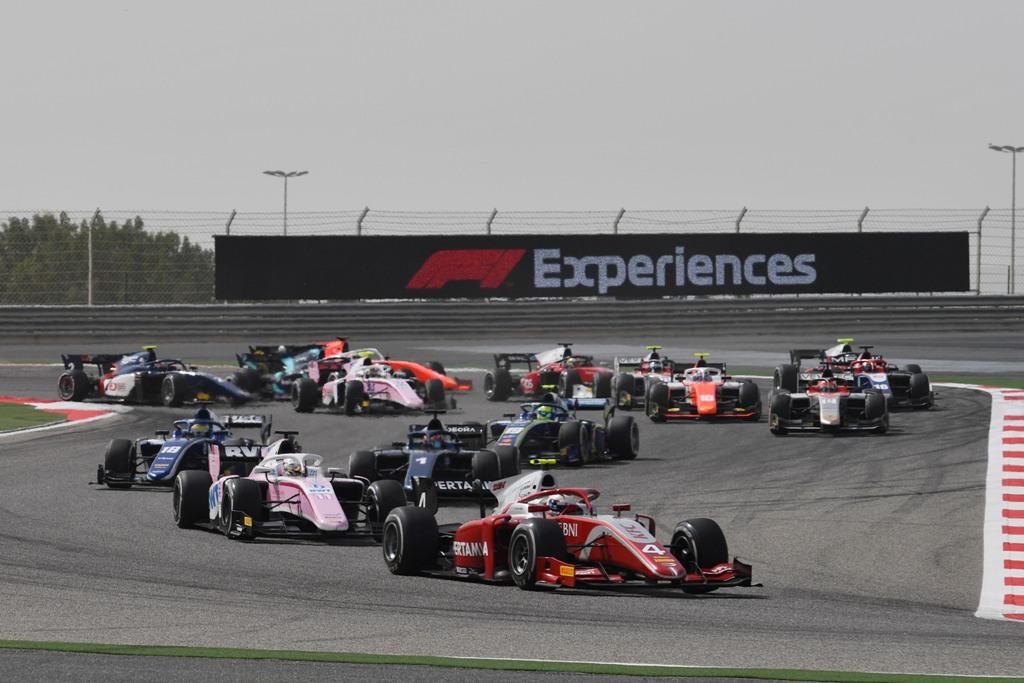 Nyck De Vries (front) at Race 2 F2GP Bahrain (FIA F2)