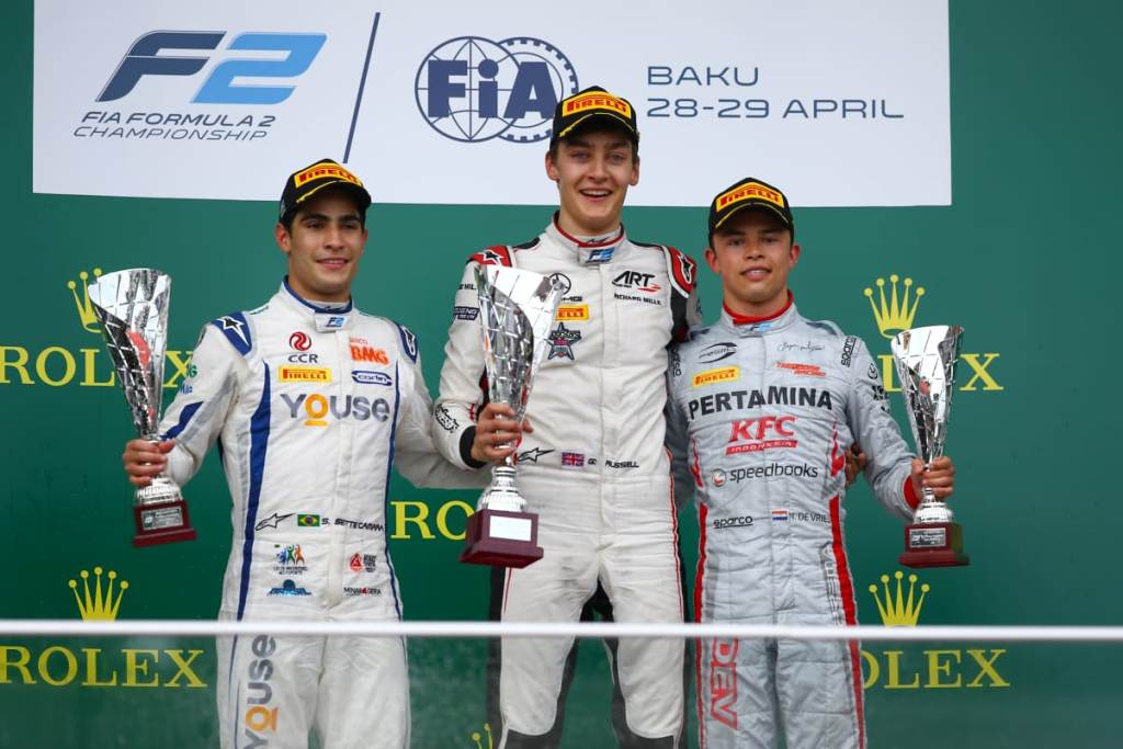 Nyck de Vries (kanan) berpose di podium usai finis di posisi dua pada race 2 GP Azerbaijan.