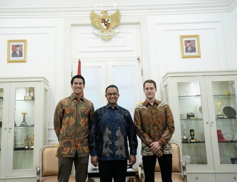 Sean Gelael bersama pebalap Formula E Stoffel Vandoorne berjumpa dengan Gubernur DKI Jakarta, Anies Baswedan di Balai Kota (Foto: Sean Gelael)